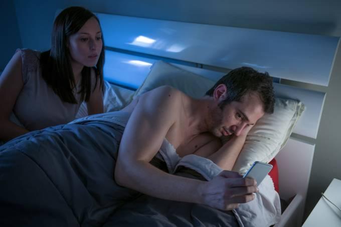 - homen vendo pornografia - Homens que veem pornografia são menos felizes no casamento