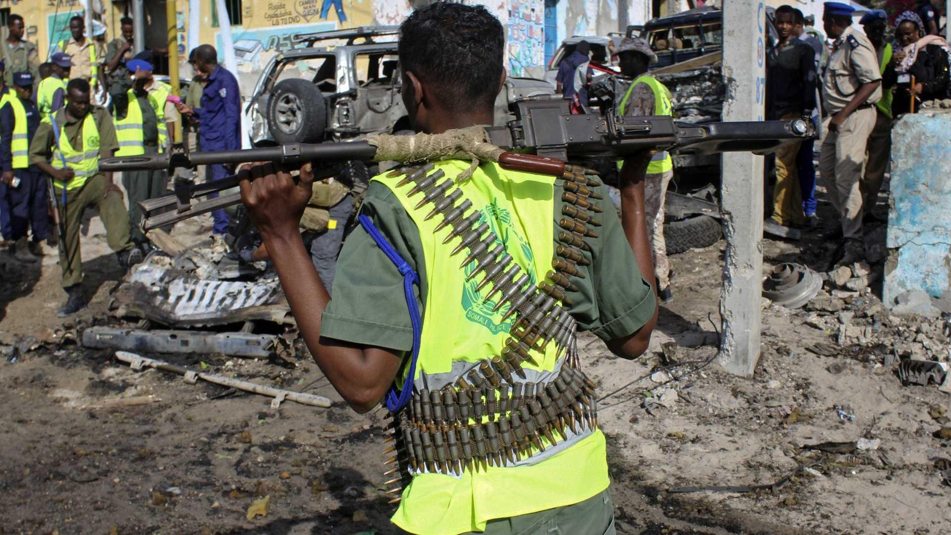 - 22565765 - Afeganistão: Mais de 20 mortos e dezenas de feridos no ataque a mesquita