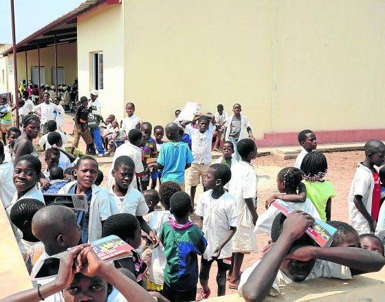roubo de carteiras condiciona aulas numa das escolas do cuanza sul - escola 560x440 - Roubo de carteiras condiciona aulas numa das escolas do Cuanza Sul