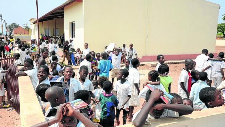 """- escola - Jornal brasileiro """"arrasa"""" o estado de educação e ensino em Angola"""