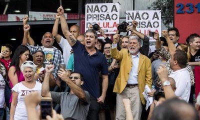 apoiantes de lula atingidos a tiro em vigília de apoio em curitiba - Apoiantes lula 400x240 - Apoiantes de Lula atingidos a tiro em vigília de apoio em Curitiba