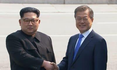 líderes coreanos encontram-se pela primeira vez - Kim Jong Un e Moon Jae in 400x240 - Líderes coreanos encontram-se pela primeira vez