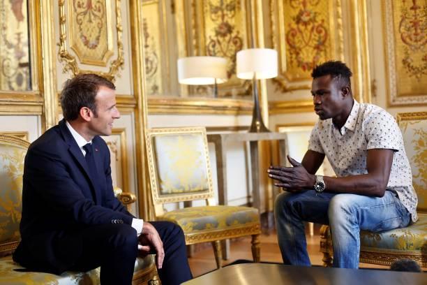 emmanuel macron garante cidadania francesa ao jovem imigrante ilegal que salvou vida de uma criança de 4 anos - Macron e gasama - Emmanuel Macron garante cidadania francesa ao jovem imigrante ilegal que salvou vida de uma criança de 4 anos