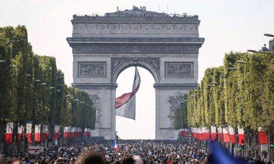 franceses festejam bi mundial com passeata pelas ruas de paris - Champ elysee 400x240 - Franceses festejam bi mundial com passeata pelas ruas de Paris