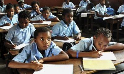 - crian  as escola luanda 400x240 - Ministério da Educação promete sancionar  Colégios que proibirem alunos de fazer exames por falta de pagamentos