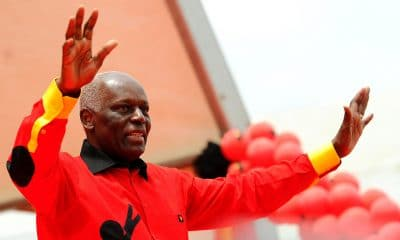 """- JES 400x240 - Militantes do MPLA esqueceram-se  do DJ que durante toda a """"festa"""" tocou as músicas que eles ouviram e dançaram – Walter Ferreira"""