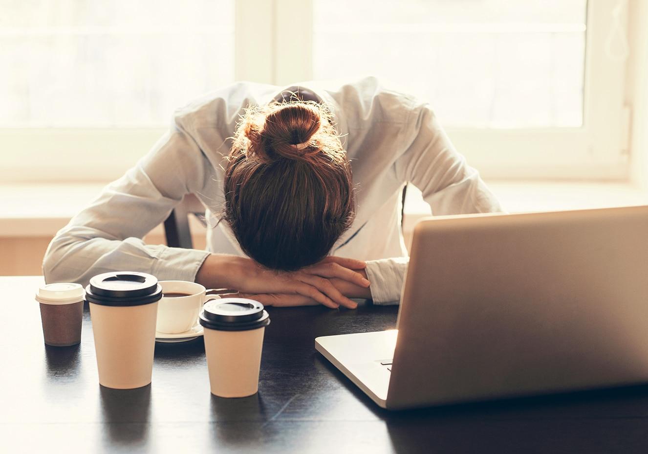 - mulher com sono no trabalho - ONU: Seis mulheres são vítimas de feminicídio a cada hora