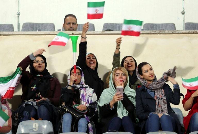 - Iranianas assistem a um jogo - Autoridade iraniana proíbe presença de mulheres nos estádios do país