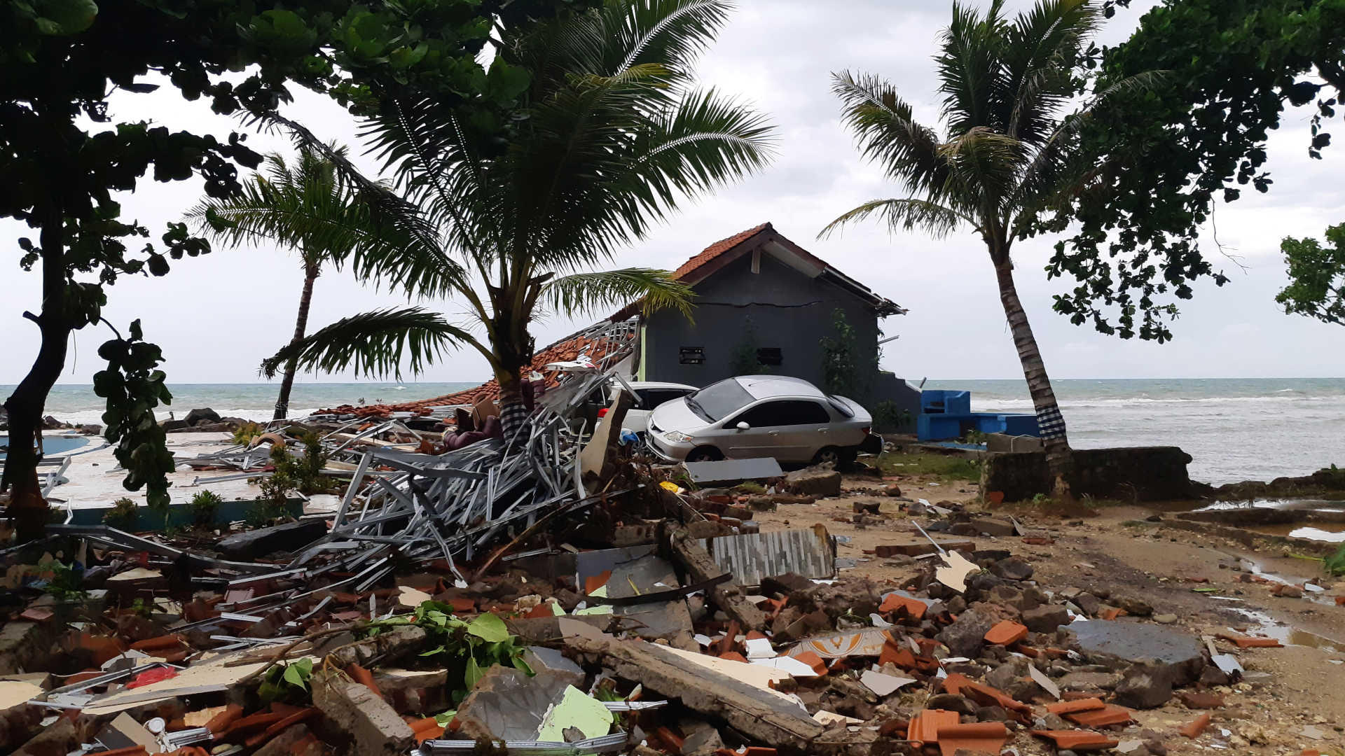 - Indonesia  - O mar invadiu a terra e deixou rasto de destruição na Indonésia