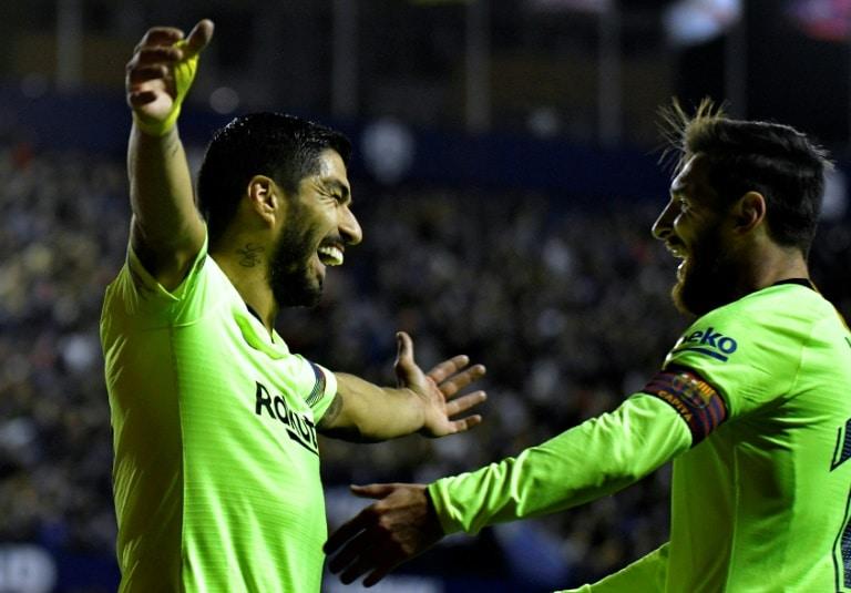- Luis Su  rez e Lionel Messi  - Barcelona goleia Levante e segue na liderança isolada na liga espanhola