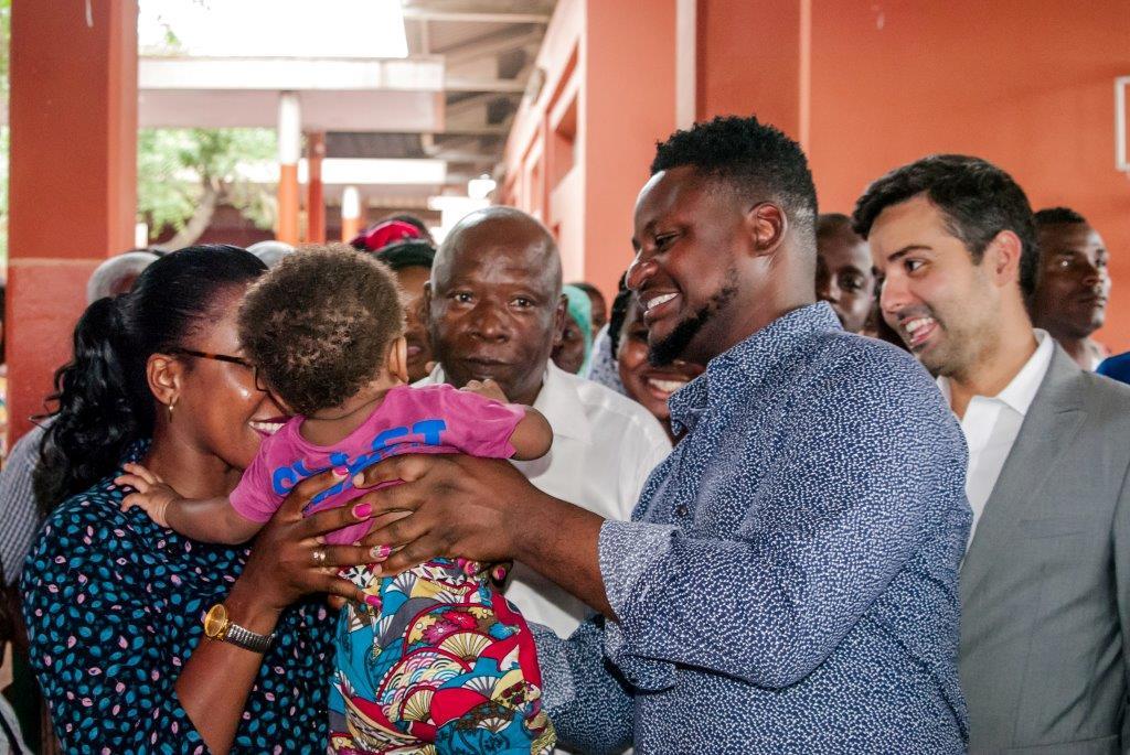 - Matias Dam  sio e Diogo Caldas - Água Pura e Matias Damásio levam Natal solidário a quatro centros de saúde em Luanda