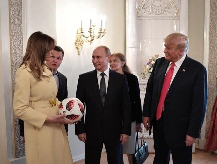 - Melania e putin - A foto que está a pressionar Donald Trump. Melania flirta com Putin