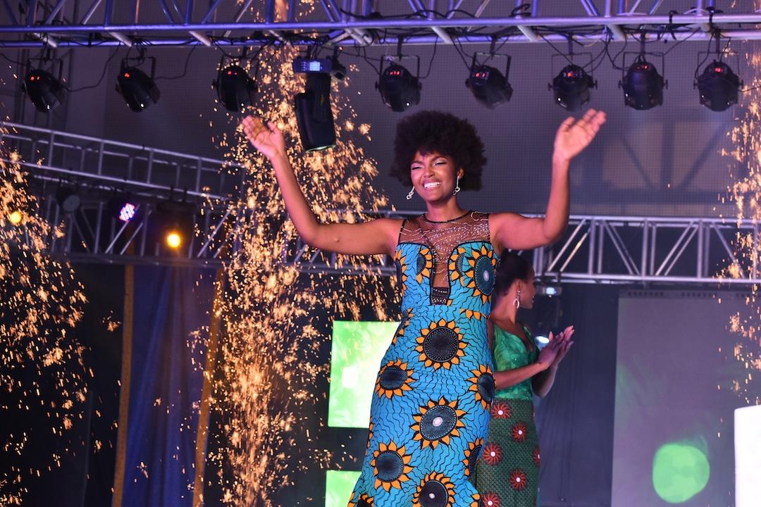 cabelo da vencedora do miss África pega fogo durante comemoração - dorcas kasinde - Cabelo da vencedora do Miss África pega fogo durante comemoração