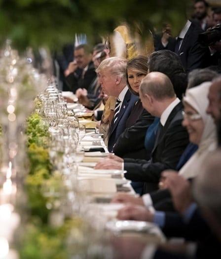 - putin e melania - A foto que está a pressionar Donald Trump. Melania flirta com Putin