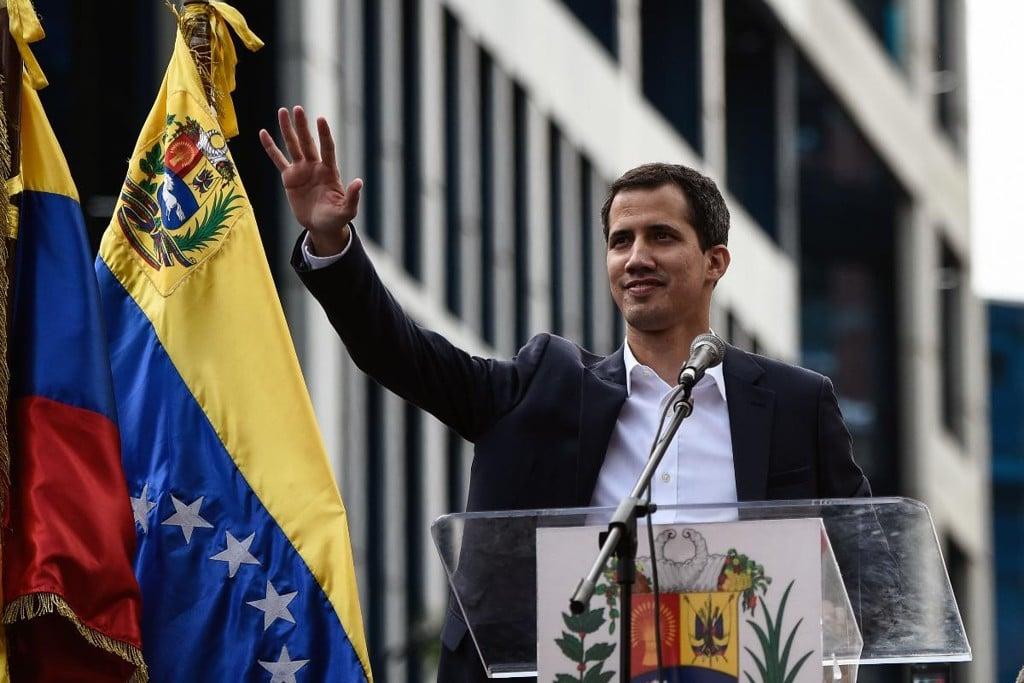 - Juan Guaid    - Líder do Parlamento Venezuelano anuncia que assumiu presidência