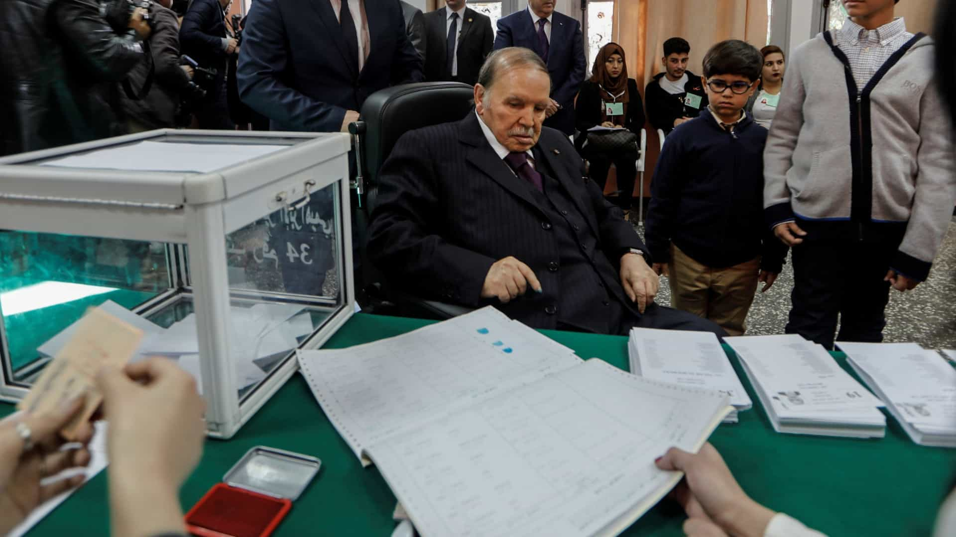 após protestos, presidente argelino anuncia que não se vai recandidatar - Abdelaziz Bouteflika - Após protestos, presidente argelino anuncia que não se vai recandidatar
