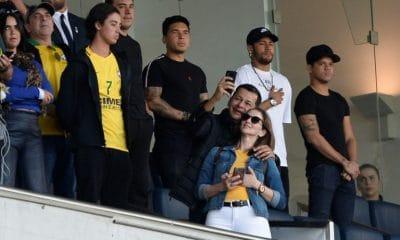 """neymar está bem, mas """"é cedo demais"""" para voltar, diz técnico do psg - Neymar na tribuna VIP 400x240 - Neymar está bem, mas """"é cedo demais"""" para voltar, diz técnico do PSG"""