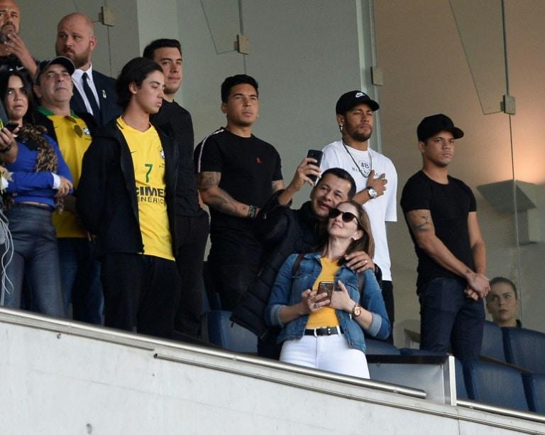 """neymar está bem, mas """"é cedo demais"""" para voltar, diz técnico do psg - Neymar na tribuna VIP - Neymar está bem, mas """"é cedo demais"""" para voltar, diz técnico do PSG"""
