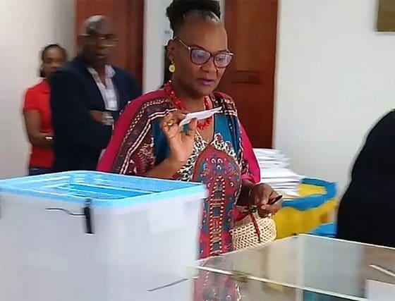 mpla felicita à nova bastonário da ordem dos médicos de angola - Elisa Gaspar 1 560x427 - MPLA felicita à nova Bastonário da Ordem dos Médicos de Angola