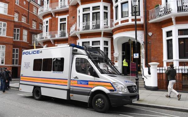 assange foi detido devido a ordem de extradição dos eua - Ve  culo policial frente    embaixada do Equador em Londres Reino Unido - Assange foi detido devido a ordem de extradição dos EUA