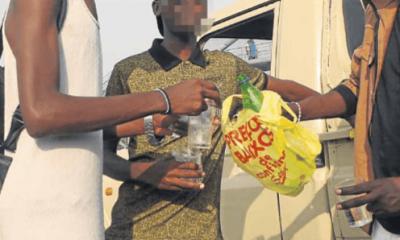 consumo de bebidas alcoólicas tornou-se refugio de muitos jovens em benguela - adolescentes alcool 400x240 - Consumo de Bebidas alcoólicas tornou-se refugio de muitos Jovens em Benguela