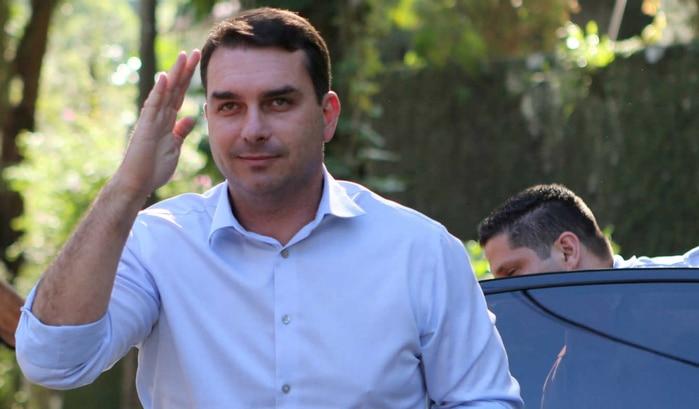 - Fl  vio Bolsonaro - Filho de Bolsonaro acusado de liderar organização criminosa