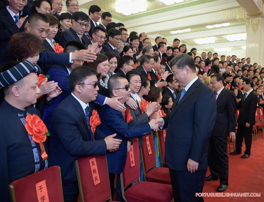 - Xi Jinping e Deficientes - Presidente chinês reúne-se com portadores de deficiência exemplares