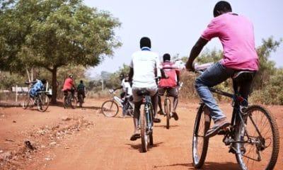 - Rapazes com Bicecleta 400x240 - Os rapazes da Bina  – Cronica de Edson Kassanga