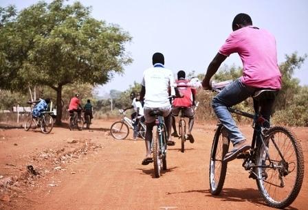 os rapazes da bina  - cronica de edson kassanga - Rapazes com Bicecleta - Os rapazes da Bina  – Cronica de Edson Kassanga