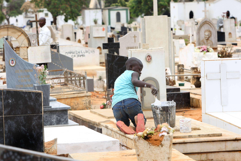 banco angolano cria seguro de apoio a funeral - CEMITERIO SANTANA - Banco Angolano cria seguro de apoio a funeral