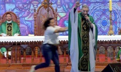 brasil: mulher empurra padre durante a missa transmitida em direto - Padre Mrcelo Rossi empurado 400x240 - Brasil: Mulher empurra Padre durante a missa transmitida em direto
