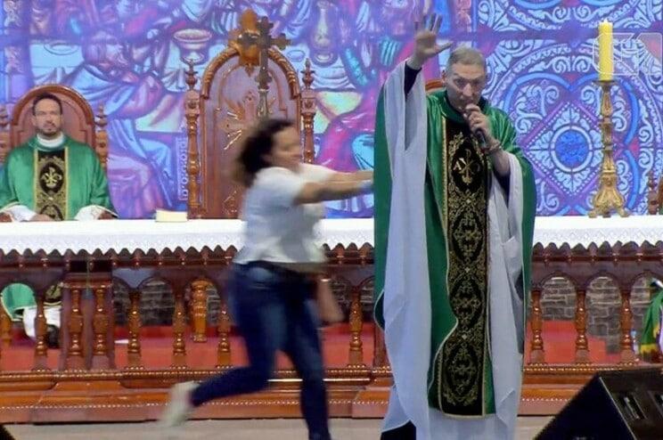 brasil: mulher empurra padre durante a missa transmitida em direto - Padre Mrcelo Rossi empurado - Brasil: Mulher empurra Padre durante a missa transmitida em direto
