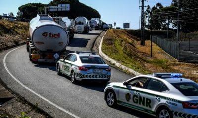 - GNR Portugal combustivel 400x240 - Postos são abastecidos sob escolta em meio a greve de caminhoneiros em Portugal