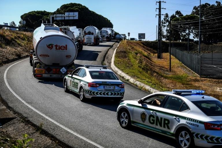 - GNR Portugal combustivel - Postos são abastecidos sob escolta em meio a greve de caminhoneiros em Portugal