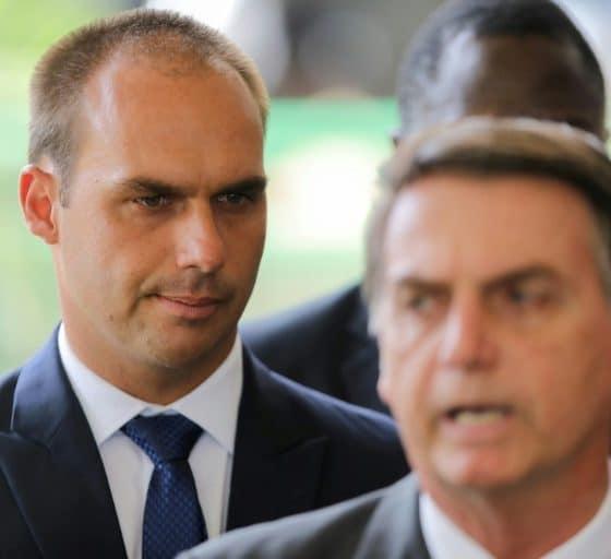 - Jair Bolsonaro e o filho Eduardo 560x512 - Bolsonaro confirma aval de Trump para seu filho como embaixador em Washington