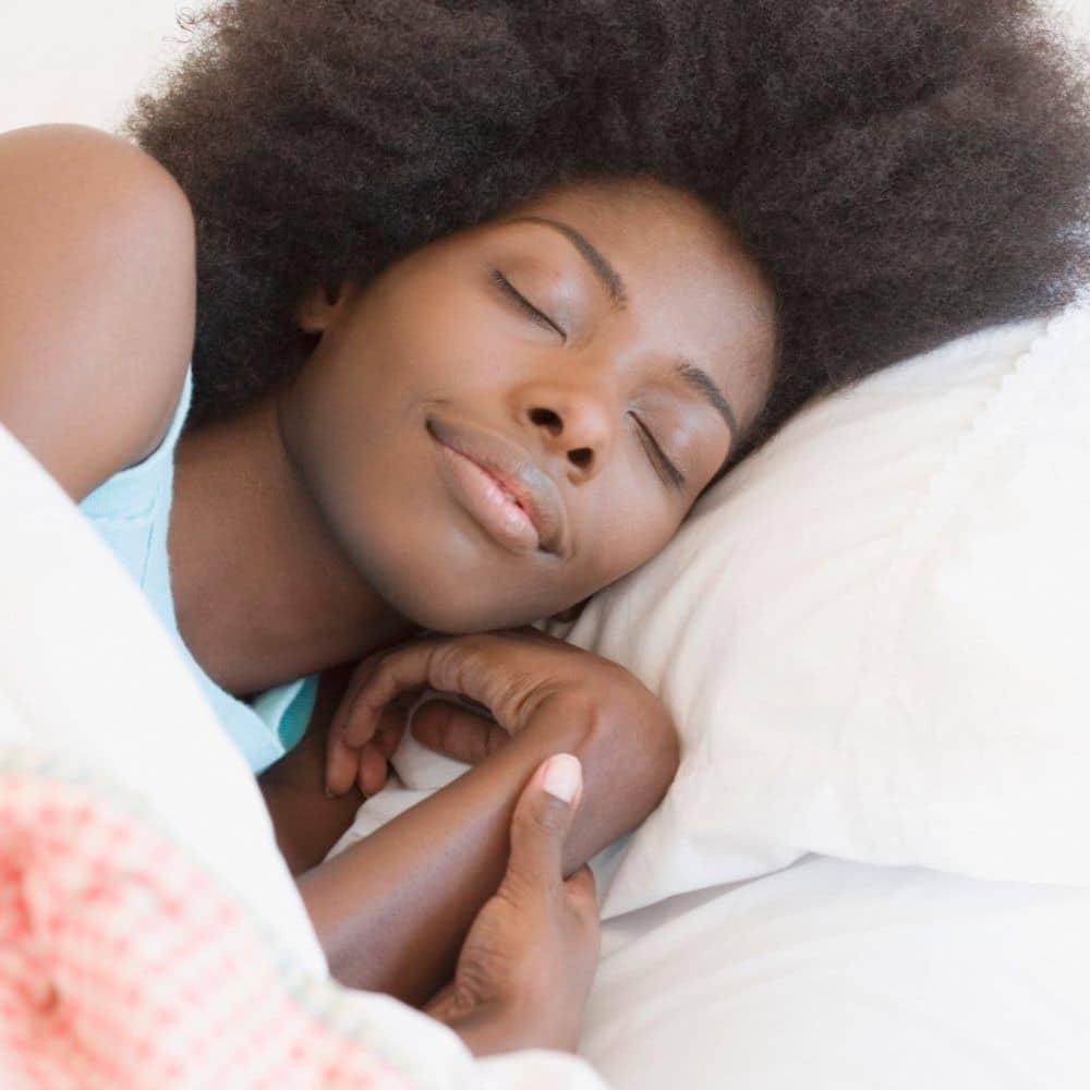 - Mulher Negra dormindo - Ginecologista alerta: Não durma com roupa interior