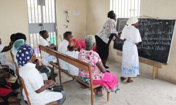 - Analfabetismo - Um em cada quatro cidadãos angolanos não sabe ler nem escreve