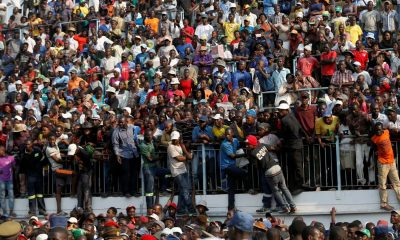 - FUNERAL MUGABE 400x240 - Várias pessoas feridas numa luta para ver urna de Robert Mugabe