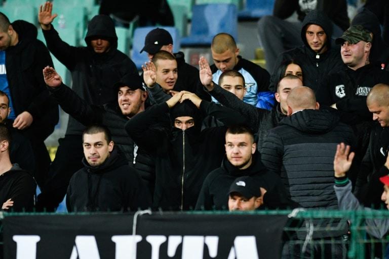 - adeptos da Bulg ria - Adeptos búlgaros são detidos por insultos racistas